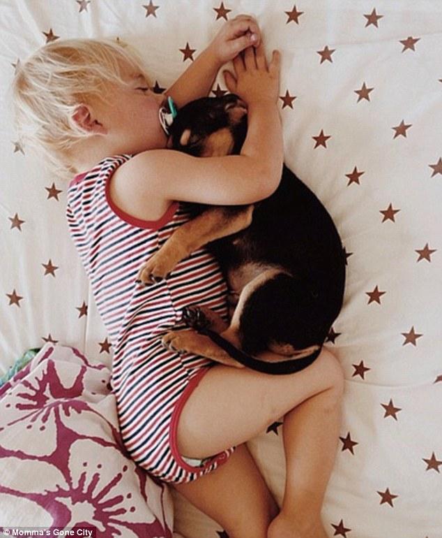 Tierna Imagen de un bebe durmiendo con su cachorrito