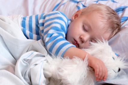 Bebe durmiendo con su perro